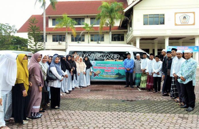 PESERTA- Kepala Dinas Pendidikan Dayah Aceh Utara, Tgk. Abdullah Hasbullah, S.Ag,. MSM, berpose dengan peserta MQK, pendamping dan official sebelum bertolak ke Banda Aceh, Jum'at sore (29/11/2019). Adi-AsPost